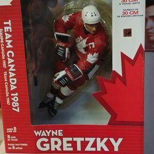 Other - Wayne gretzky statue